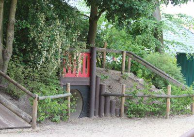 Hügelbereich mit Bepflanzung für Rückzugsmöglichkeiten